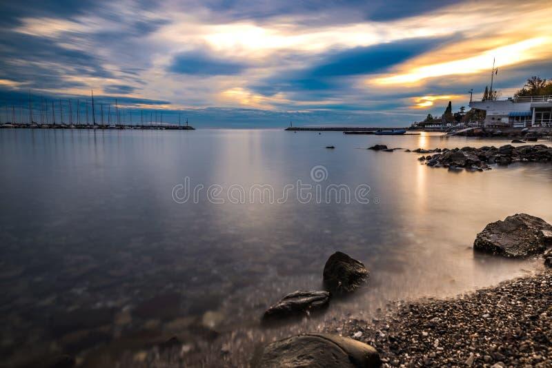 Longexsposure del mare al tramonto con il cielo nuvoloso fotografia stock libera da diritti