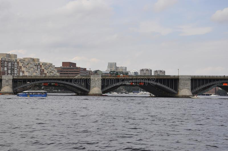 Longfellow brodetaljer över Charles River från Boston i det Massachusettes tillståndet av USA arkivfoto