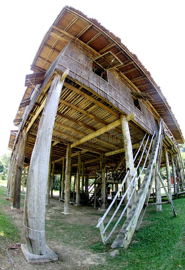 Longhouse en bois traditionnel dans le Kuching, Sarawak images libres de droits