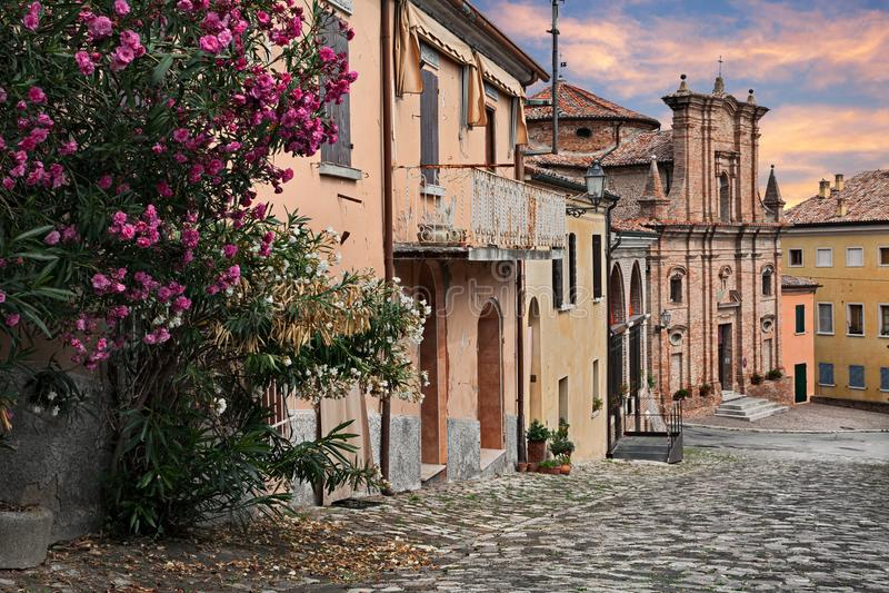 Longiano, Forli-Cesena, Emilia-Romagna, Italia: paisaje urbano con el ol fotos de archivo