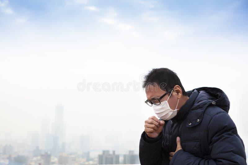 Longkankerpatiënten met smogstad stock foto's