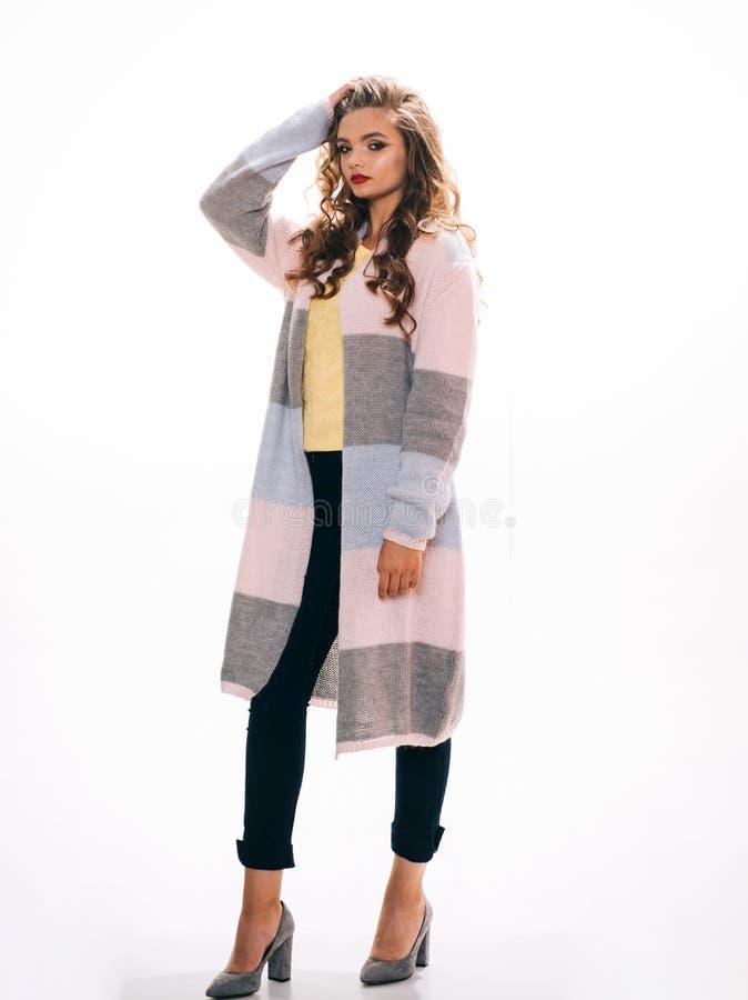 Longline zrelaksowana sylwetka Mody dziewczyny odzieży śliczny kardigan Ładna mody dziewczyna z mody spojrzeniem patrzeje kobiet  obraz royalty free