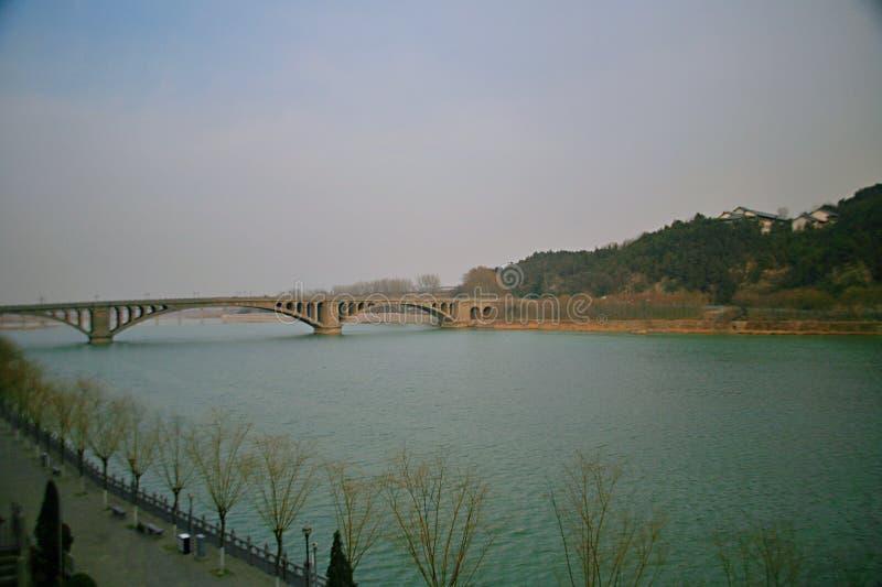 Longmen bro i Luoyang royaltyfria bilder