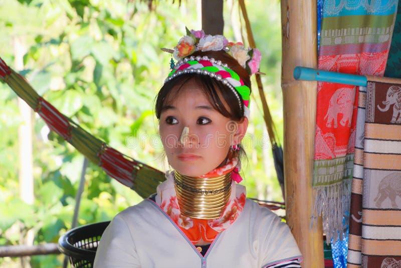 LONGNECK KAREN wioska TAJLANDIA, GRUDZIEŃ, - 17 2017: Zamyka w górę długiej szyi dziewczyny z Thanaka stawia czoło obrazu i mosię fotografia royalty free