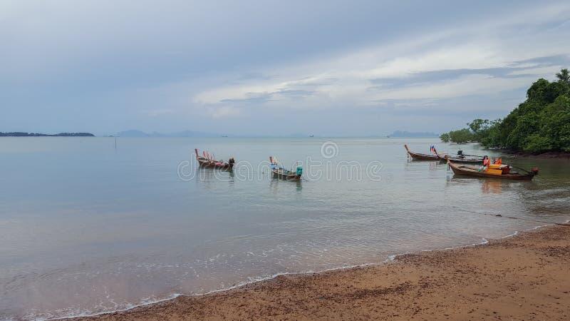 Longs bateaux de Fisher dans le lanta de kho de la Thaïlande image libre de droits