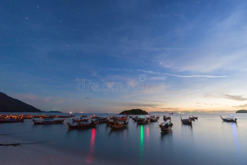 Longs bateaux de longue queue de silhouette d'exposition avec le ciel de lever de soleil en Koh Lipe Island images stock