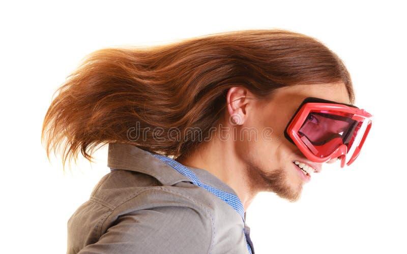 Longs cheveux d'homme drôle en verres de ski photographie stock libre de droits