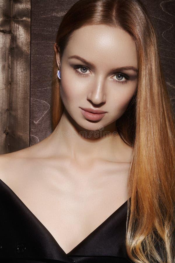 Longs cheveux de mode Belle fille blonde, Coiffure brillante droite saine Modèle de femme de beauté Coiffure douce image libre de droits