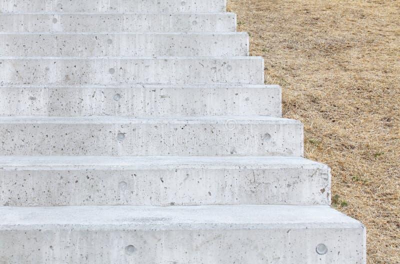 Longs escaliers concrets extérieurs images libres de droits