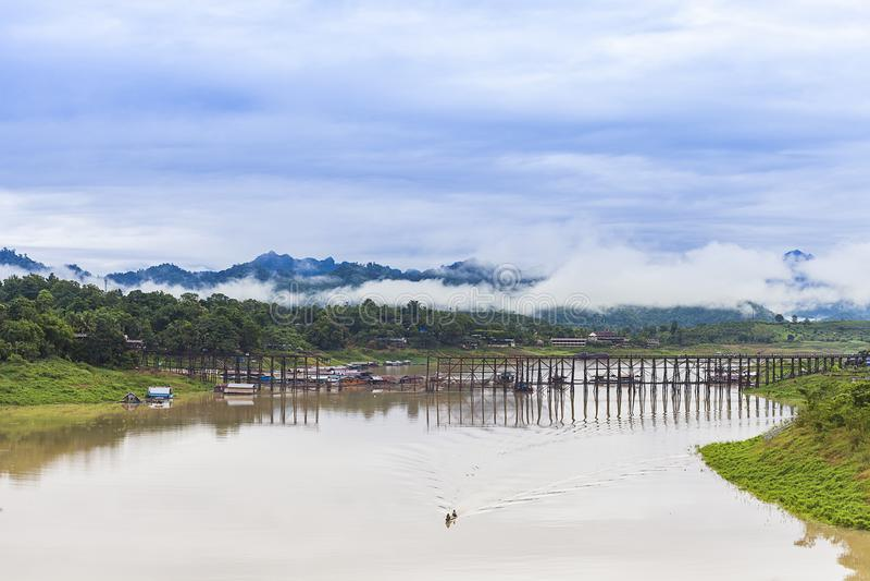 Longs ponts en bois chez Sangkhlaburi photos stock