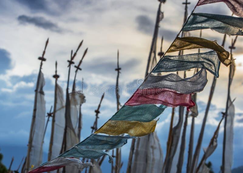 Longta budista butanês, cavalo do vento, bandeiras da oração, Butão fotografia de stock royalty free