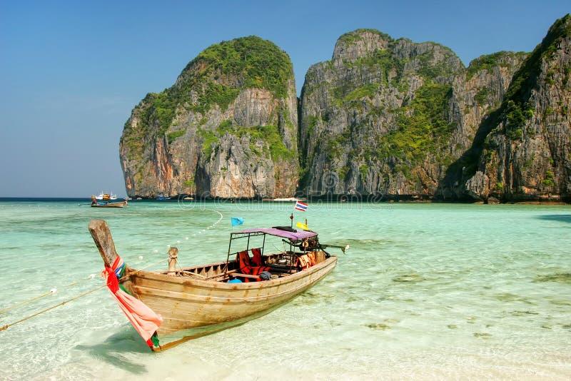 Longtail小船停住在发埃发埃Leh海岛, Krabi上的玛雅人海湾 免版税库存照片