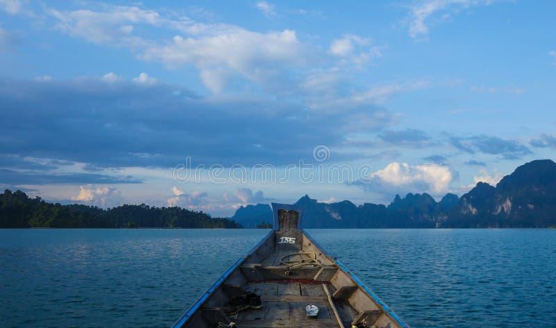 Longtail łódź na jeziorze przy Ratchaprapha tamą obrazy royalty free