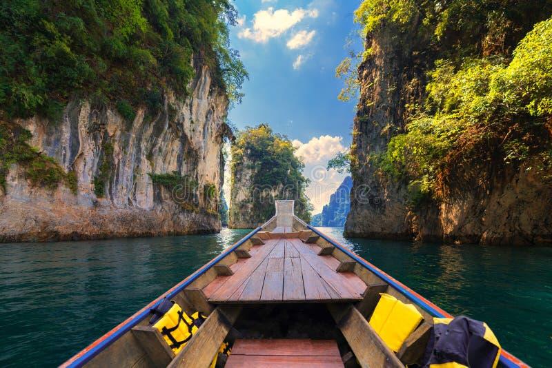 Longtail łódkowata wycieczka w Cheow Lan jeziorze, Khao Sok park narodowy, Surat Thani prowincja, Tajlandia zdjęcie stock