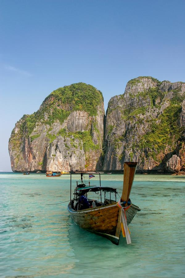 Longtail-Boot verankert bei Maya Bay auf Phi Phi Leh Island, Krabi-Provinz, Thailand lizenzfreies stockbild