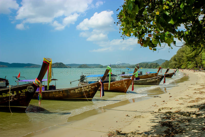 Longtail-Boote auf der Küste lizenzfreie stockfotos