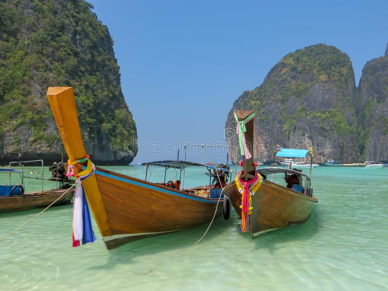 Longtail fartyg i Maya Bay Phi Phi Islands arkivbilder