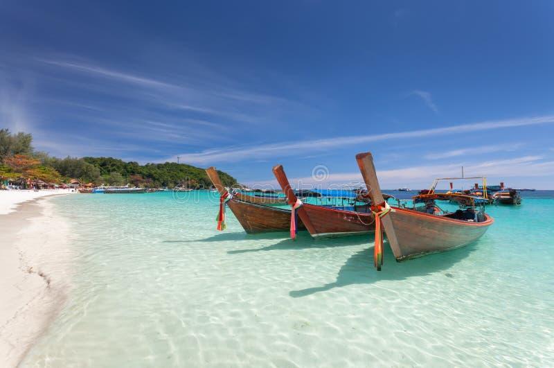 Longtail fartyg och härlig vit sandstrand i solig dag på Koh Lipe arkivbilder
