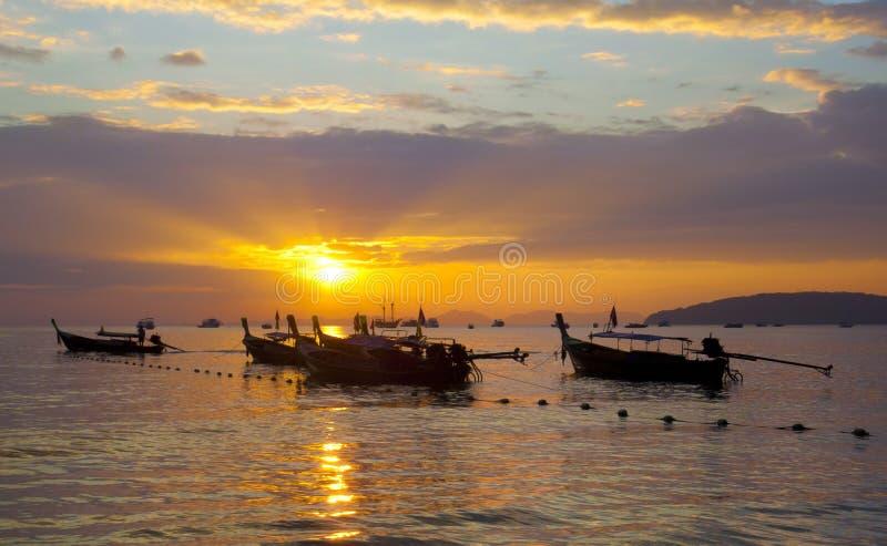 Longtail fartyg på kusten på solnedgången arkivfoton