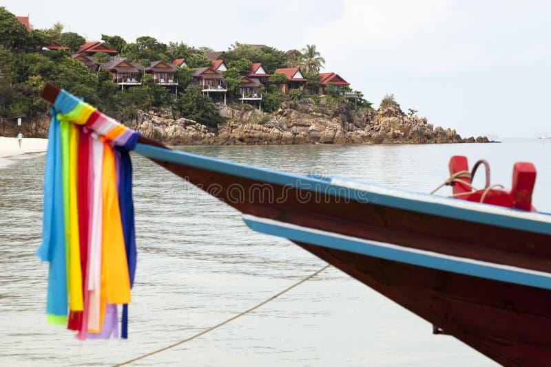 Longtail fartyg på stranden av Koh Phangan fotografering för bildbyråer