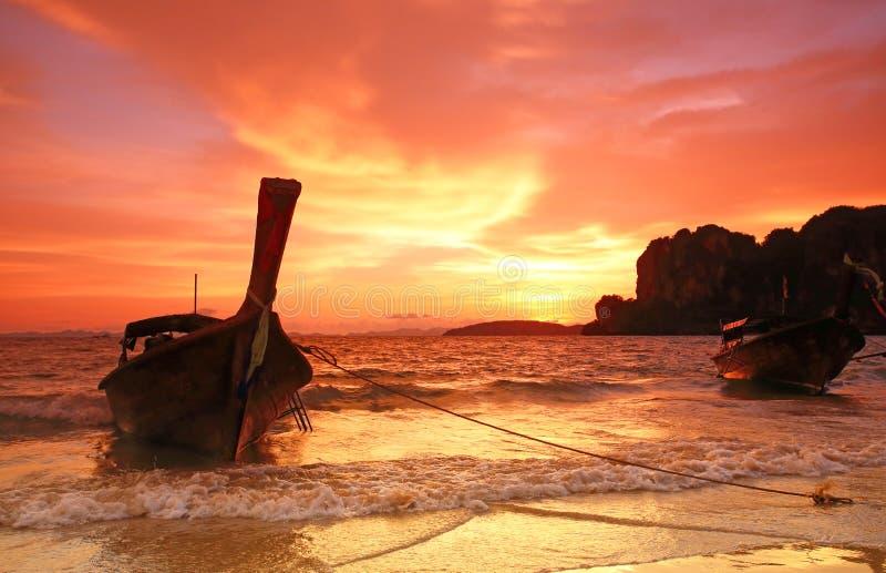 Longtail fartygsolnedgång på den Pranang strandRailay krabien arkivfoto