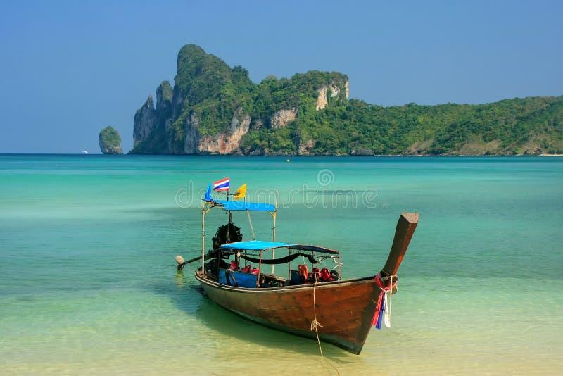 Longtailboot bij Ao Loh Dalum strand op Phi Phi Don Isla wordt verankerd dat royalty-vrije stock afbeelding