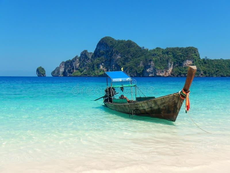 Longtailboot bij Ao Yongkasem strand op Phi Phi Don Isla wordt verankerd dat stock afbeelding