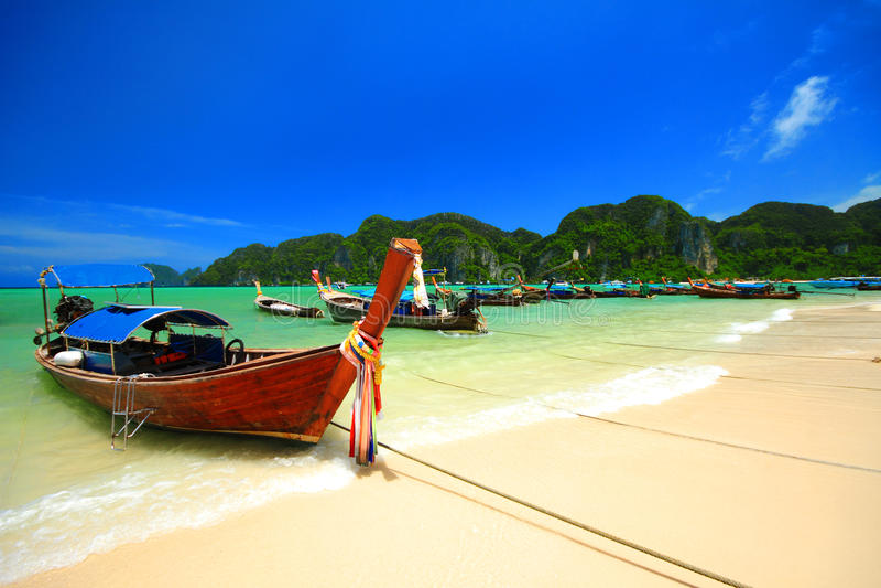 Longtailboot bij Phi Phi Don-eiland, Andaman-overzees stock afbeelding