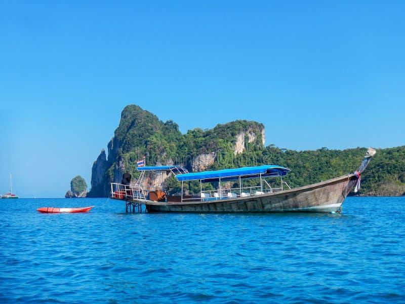 Longtailboot dichtbij Phi Phi Don Island, Krabi-Provincie wordt verankerd die, royalty-vrije stock foto's
