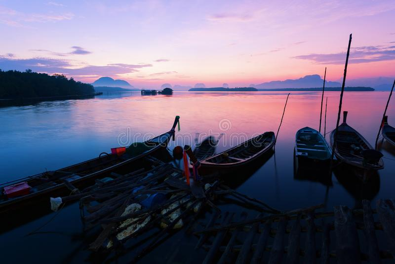 Longtailboot met kust visserijdorp, Mooie landschapsmo royalty-vrije stock foto