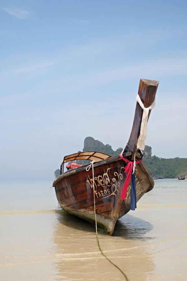 Longtailboot op het strand royalty-vrije stock foto