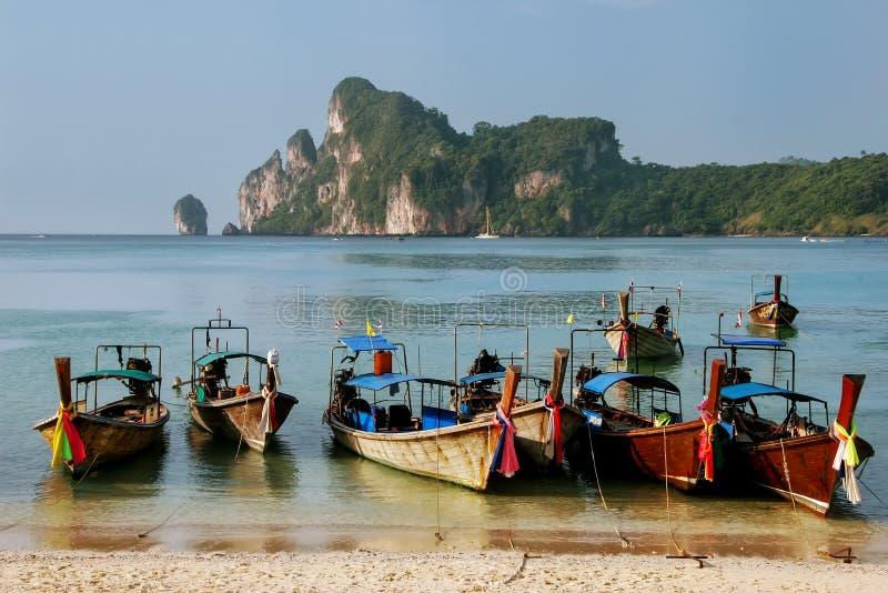 Longtailboten bij Ao Loh Dalum strand op Phi Phi Don Isl worden verankerd dat royalty-vrije stock foto