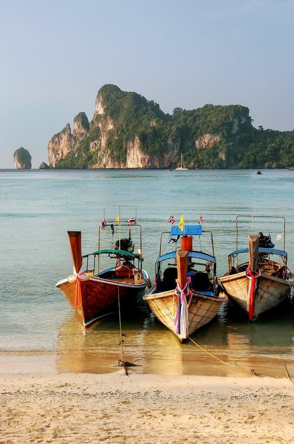 Longtailboten bij Ao Loh Dalum strand op Phi Phi Don Isl worden verankerd dat royalty-vrije stock afbeeldingen