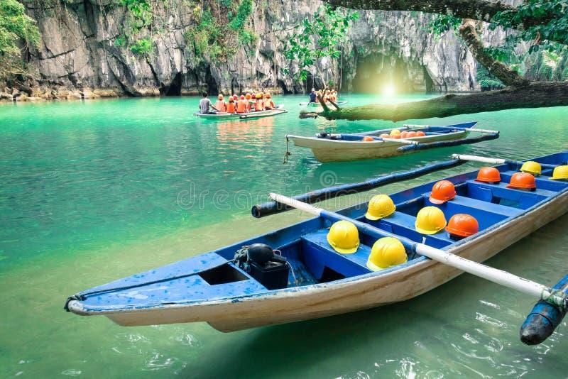 Longtailboten bij holingang van Puerto Princesa Filippijnen stock foto's