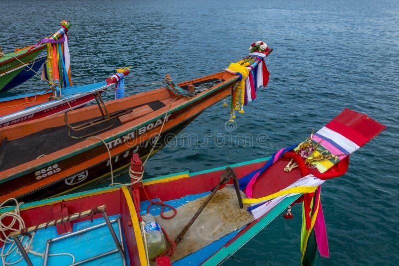 Longtailboten op eiland Koh Nang Yuan, Thailande stock afbeeldingen