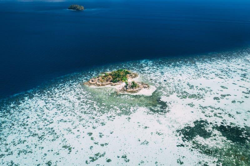 Longtailboten van de lucht, paradijseiland, glashelder water, verbazend landschap, op fyre royalty-vrije stock afbeelding