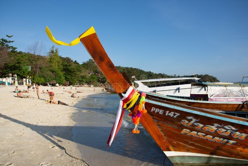 Longtails su Phi Phi Islands, Tailandia immagine stock
