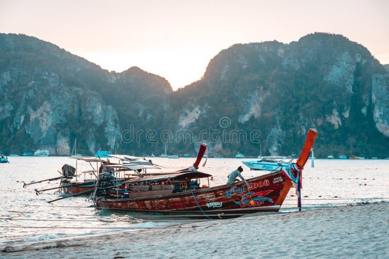 Longtails su Phi Phi Islands, Tailandia fotografie stock