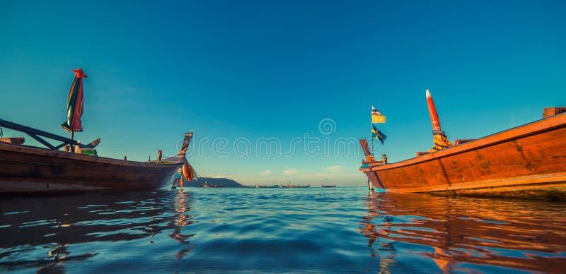 Longtale łódź przy Tajlandzką plażą Paradice piaska plaży miejsce Łodzie na jasnej wodzie błękitnym wschodu słońca niebie i obraz stock