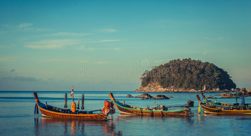 Longtale łódź przy Tajlandzką plażą Paradice piaska plaży miejsce Łodzie na jasnej wodzie błękitnym wschodu słońca niebie i zdjęcia stock