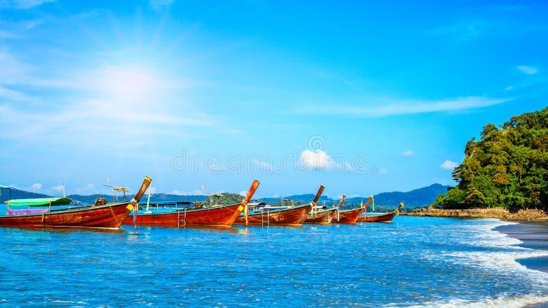 Longtrail łódź w majowie zatoki Phi Phi wysp Andaman morza Krabi Th zdjęcia stock
