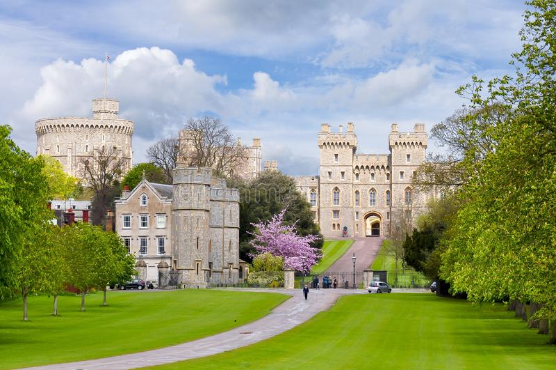 Longue allée de promenade au château de Windsor au printemps, banlieues de Londres, R-U image libre de droits