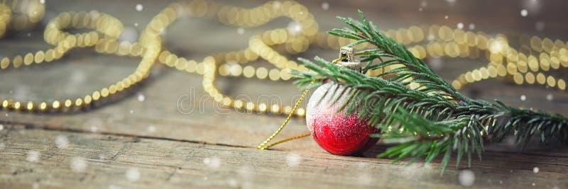Longue bannière avec des branches de sapin, de boule rouge de Noël et de perler sur le fond en bois Invitation d'an neuf photos stock