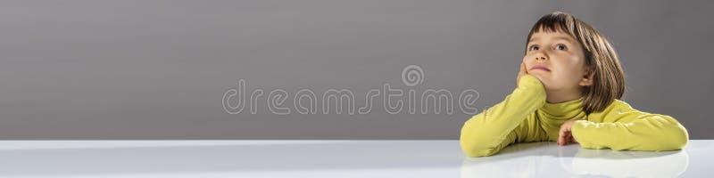 Longue bannière d'enfant imaginatif regardant loin pour la curiosité d'enfant photo stock