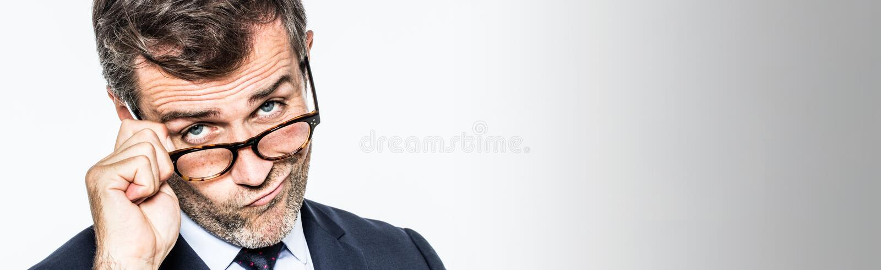 Longue bannière pour les lunettes mobiles boudantes d'homme d'affaires prévoyant vers le bas photographie stock
