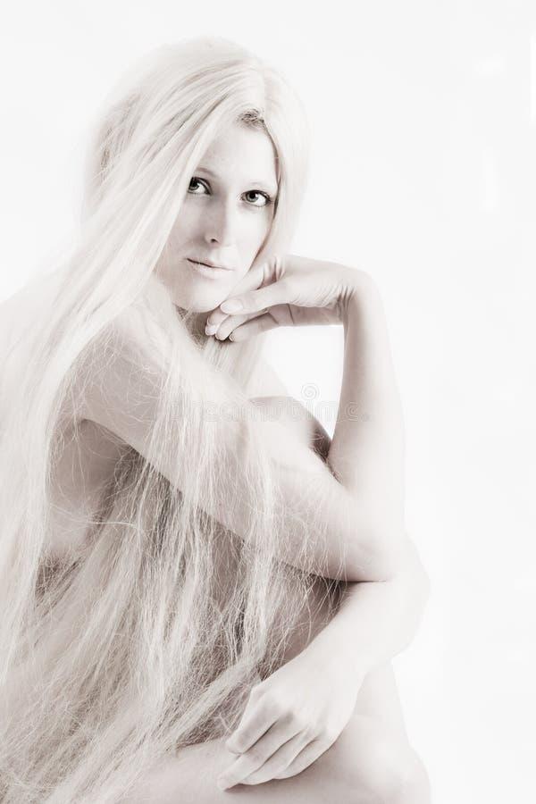 Longue beauté artistique d'une chevelure blonde vous contrôlant à l'extérieur images libres de droits
