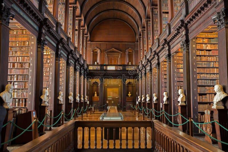 Longue bibliothèque de pièce images stock