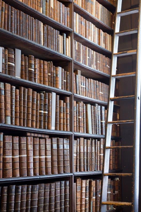 Longue bibliothèque Dublin de pièce photo stock