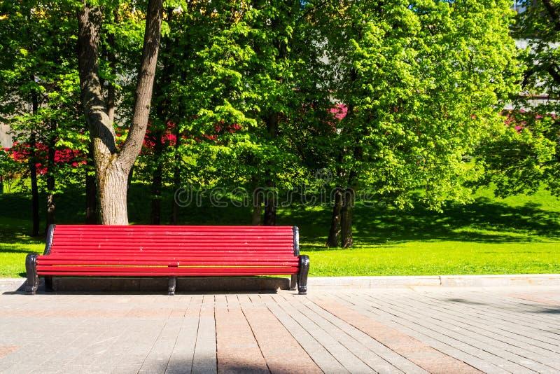 Longue chaise rouge en parc Extérieur et détendez le fond photo libre de droits