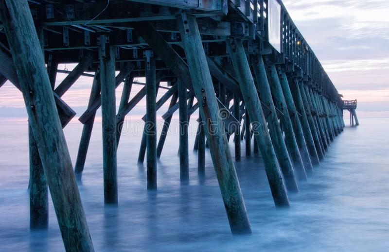 Longue exposition d'appareil-photo de Pier During Sunrise en Myrtle Beach images libres de droits